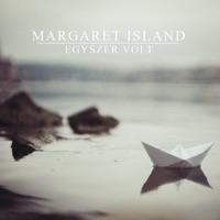 Egy Lány Sétál A Domboldalon - Margaret Island